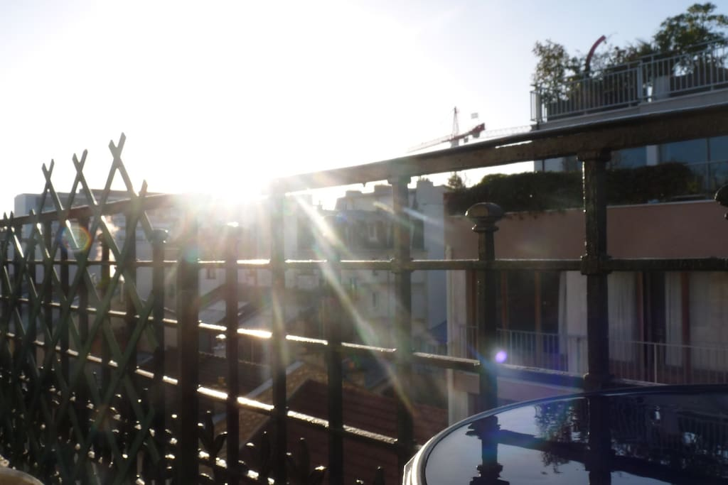 Have a breakfast/lunch or dinner on the balcony (oriented south)..