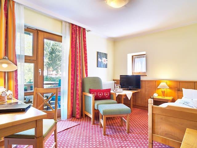 """Hotel """"An der Brunnader"""" garni (Bad Birnbach), Einzelzimmer mit Terrasse"""