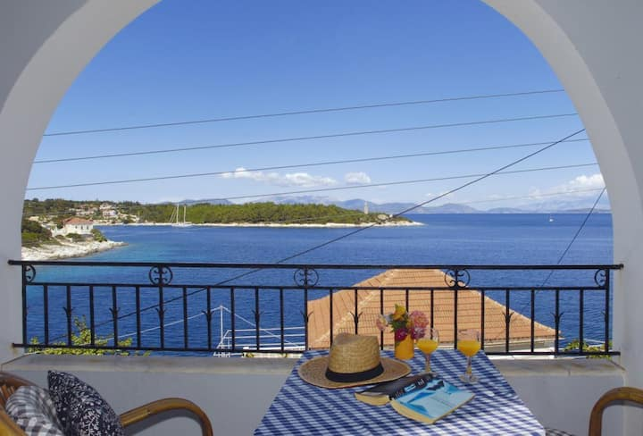 Seafront Apartment - a 10 minute walk to Fiscardo