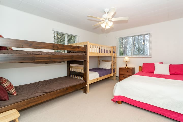 Kids/bunk room (2 bunk beds and a double bed)