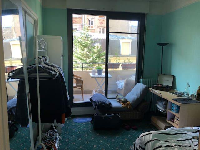 Cozy room with balcony in charming posh Paris area