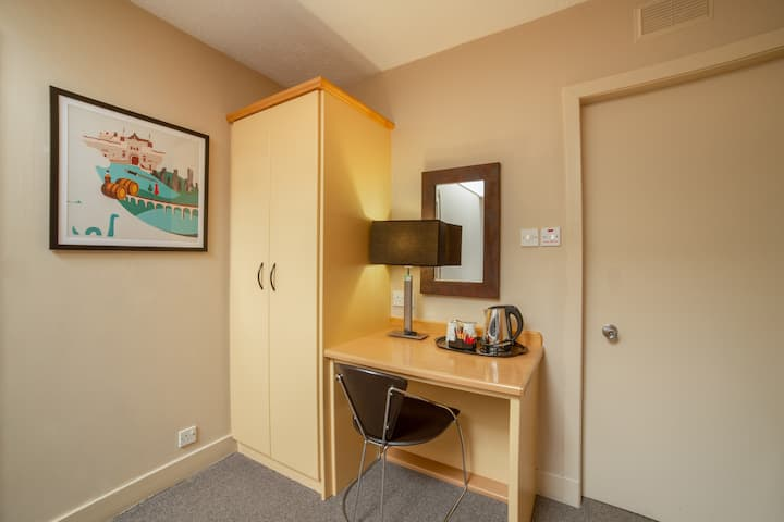 Standard Twin Room in OYO Flagship Brentwood