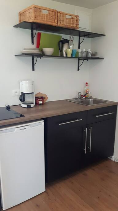 Fridge, coffeemaker, toaster and kettle. Stove tops, pots and pans.  We leave coffee and tea for you.  you can also find spagetthi, pasta, jam and oats.