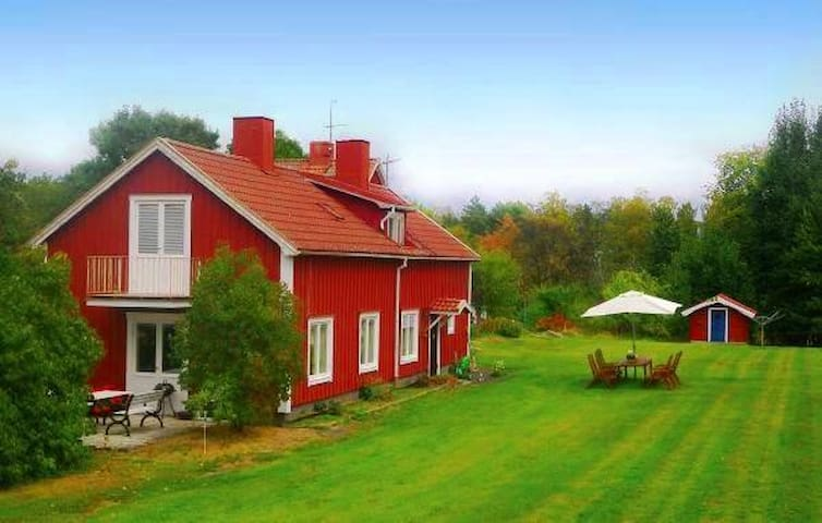 Country cottage by lake & Boat & Guesthouse (9 p)