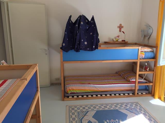 Camera da letto con quattro letti