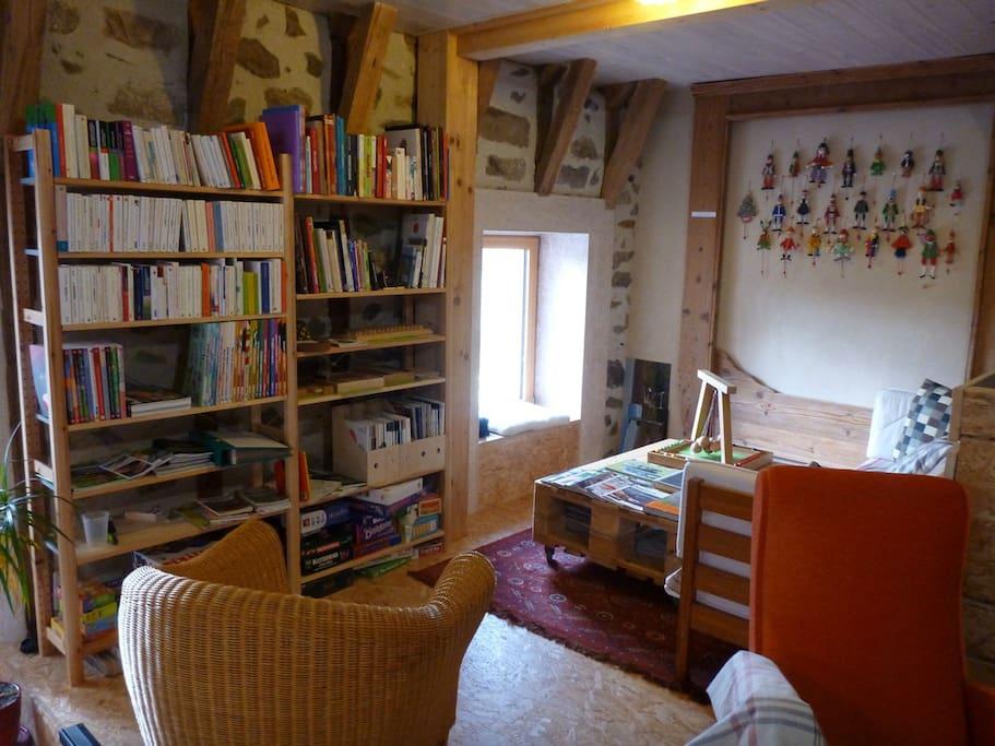 Coin lecture avec nombreuses revues et livres.