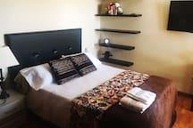 Habitación doble con cama 150cm, baño privado, T.V., Wiffi, aire acondicionado y terraza con vistas al mar y a la piscina
