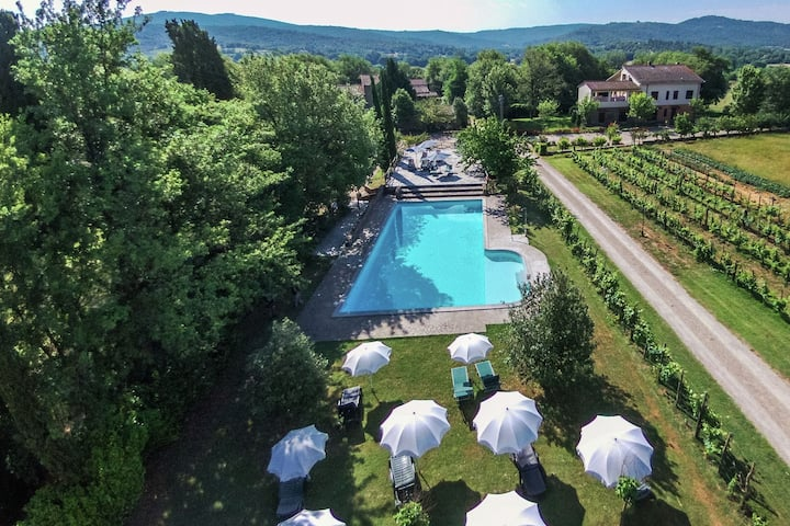 Authentic farm holiday with swimming pool, pizza oven, spacious garden and private terrace