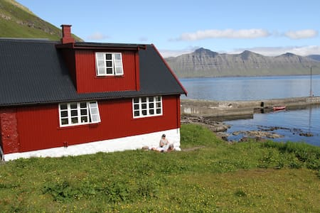 A cozy summerhouse on the beach - Oyndarfjørður - บ้าน