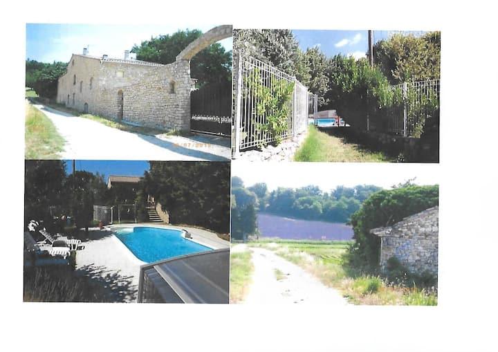 Gites dans Mas en pierres provençal avec piscine