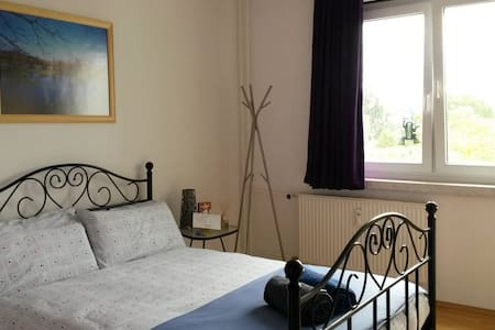 Big, cheap and comfortable room :-) - Berlin - Apartmen