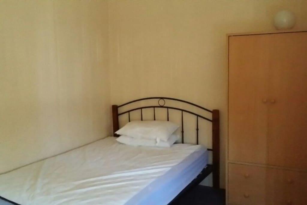 das gro e zimmer ist f r maximal 2 personen geeignet h user zur miete in parramatta new. Black Bedroom Furniture Sets. Home Design Ideas