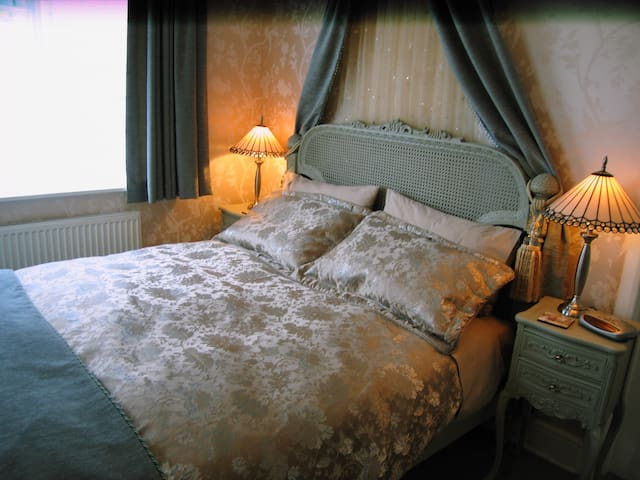 Thornhill Lodge Guest House.  French Kingsize Room