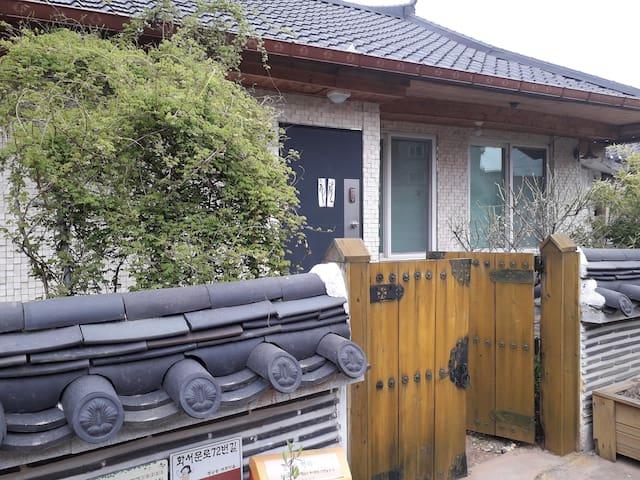 꿈꾸는 집 (Dream House) -행궁동 벽화골목에 위치