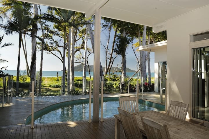 The Boat House - Absolute Beachfront Luxury