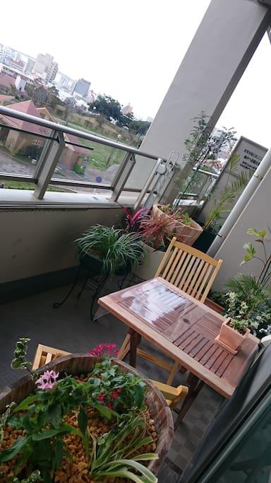 那覇市内を一望出来る草花に囲まれたベランダ お茶も楽しめます。