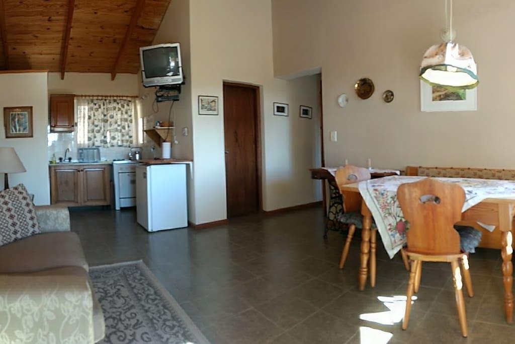 Sala de estar, cocina y comedor.