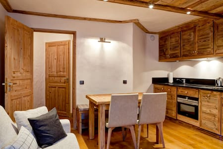 Good standing apartment  situated in the centre of Courchevel 1850 and along the slope.