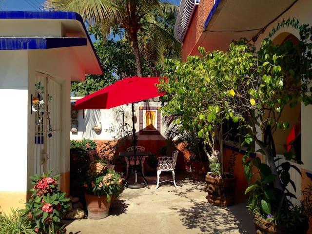 Bright room with private bathroom - Puerto Escondido