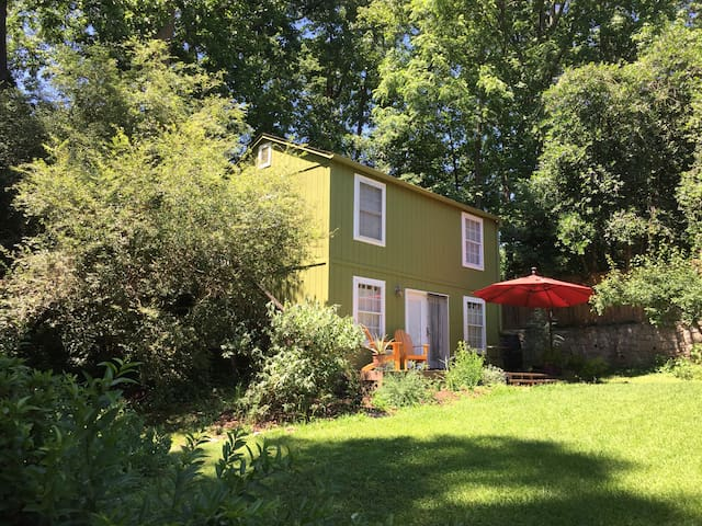 Charming & Private Carriage House (upstairs)