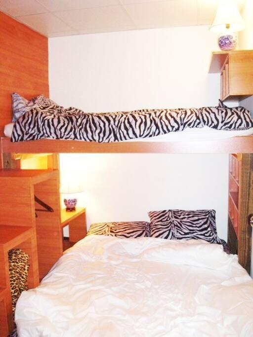 上層已經擴充可放置行李 Top level has extended space for luggage 床單為豹紋床單 the bed sheet is Leopard Print