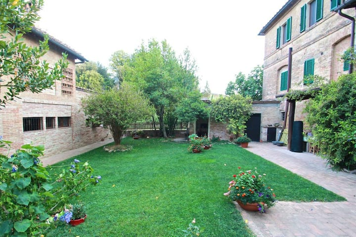 Room with private bathroom, 10min from Siena! (#1)