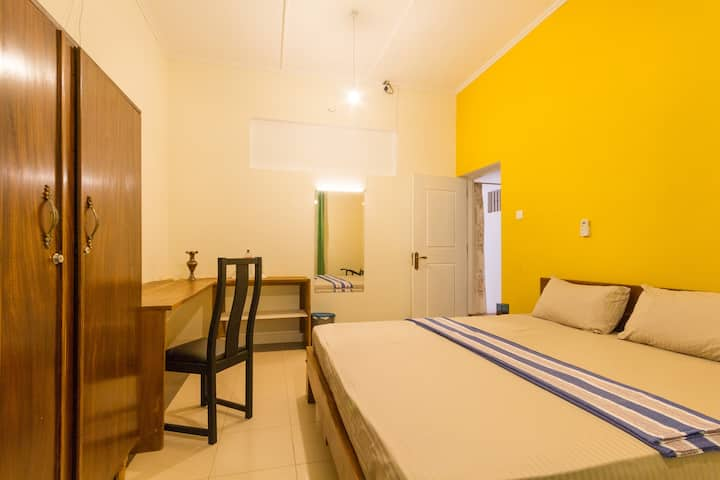 Motel Harbour Front Colombo - Yellow Room