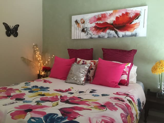 Comfy Bed-SpaBath-Brekky-Light Rail - Parkwood - Bed & Breakfast