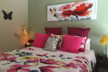 Comfy Bed-SpaBath-Brekky-Light Rail - Parkwood