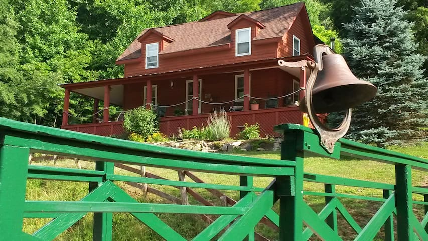 Mountain Harbour Bed & Breakfast and Hostel