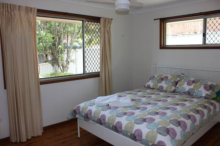Lovely Queen Sized Bedroom in Tugun