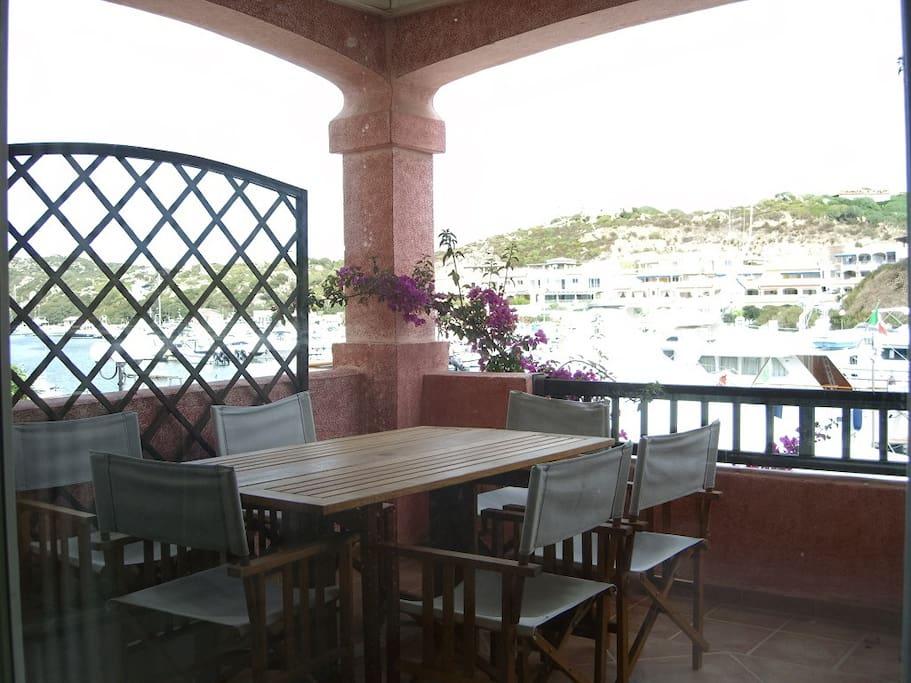 parte del terrazzo con sotto le barche ormeggiate