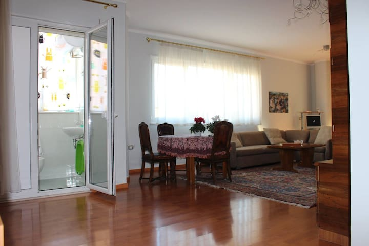 Two Bedroom Tirana Apartment with balcony - Tiranë - Pis