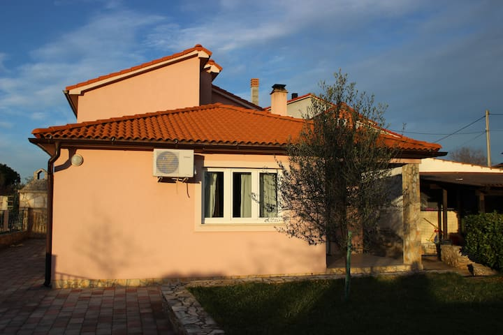 House, 7 min. from beach and Pula! - Galižana - Huis
