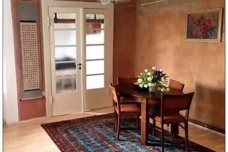 Erkerzimmer und Wohnstube in gemütlicher Wohnung