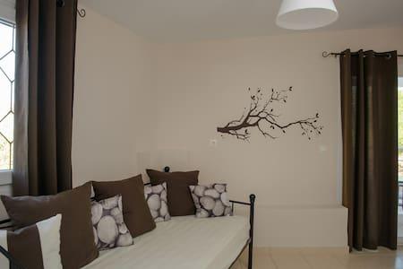 Milos: brown apartment - kalamaki - Wohnung