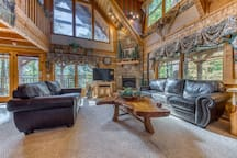 Log cabin hideaway with private hot tub, close to national park!