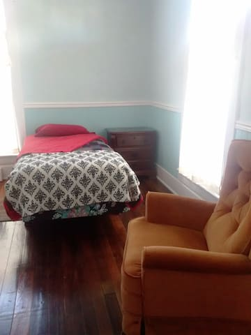 Twin bed #2 in blue room - Mount Vernon