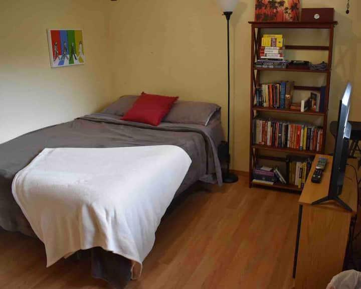 Cozy Kennewick bedroom w/ TV & private bathroom!