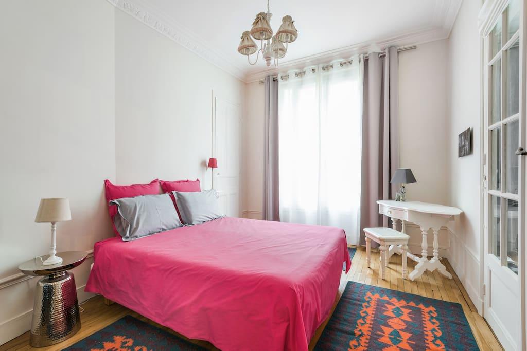 Chambre fermée avec lit 160 cm de grand confort. Etat neuf. Double vitrage, rideaux occultants . Volets.