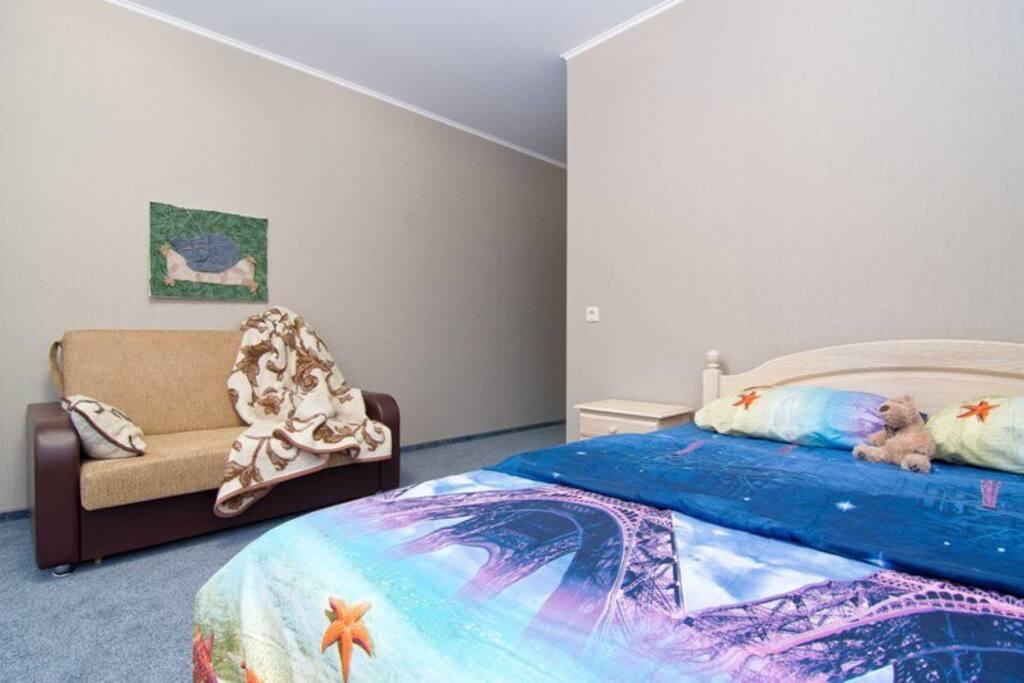 Двуспальная кровать и двуспальный диван-кровать