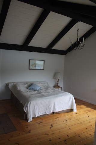 Queensize bed, 160 cm