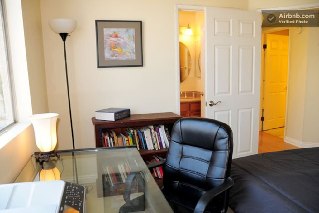 Private Ensuite Guestroom in the Heart of Hollywood!