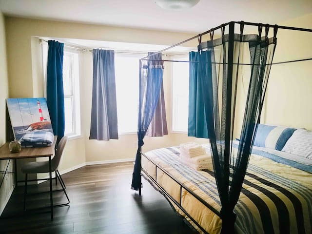 Ocean Oasis! King bed master bedroom w/ breakfast