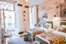 Bright studio with two single beds with 100x200m dimension, that opens to the balconies.