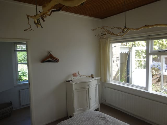 "cozy room ""Villa Kakelbont 1"" bike- bathroom-WiFi - Leimuiden - Penzion (B&B)"