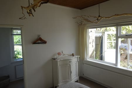 "cozy room ""Villa Kakelbont 1"" bike- bathroom-WiFi - Leimuiden - Bed & Breakfast"