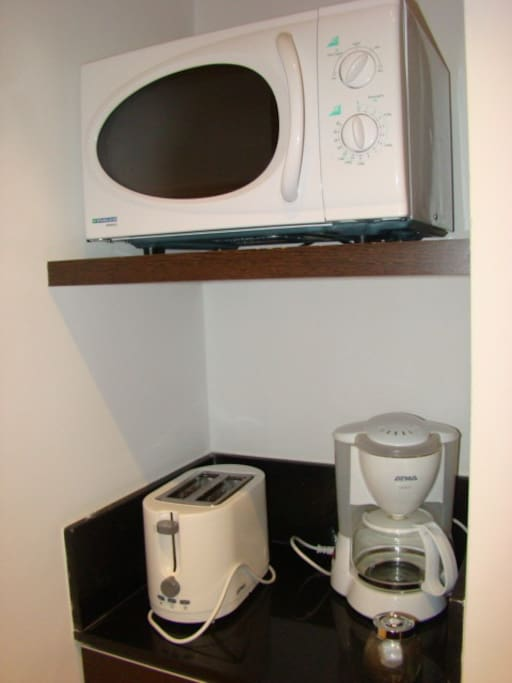 Microondas. Tostadora y cafetera electrica. Microwave, coffee maker and toaster