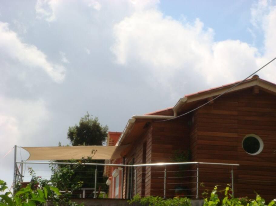 Notre maison est en ossature bois avec un bardage en bois exotique.