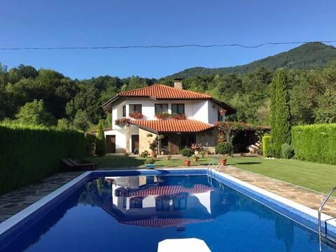 Moradia moderna com piscina nas montanhas